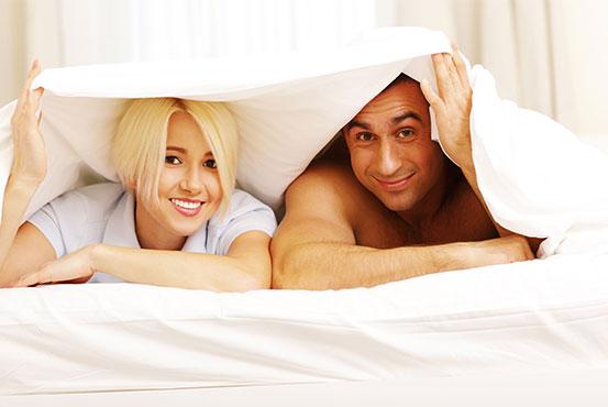 mand og kvinde under dynen til nytårsknald