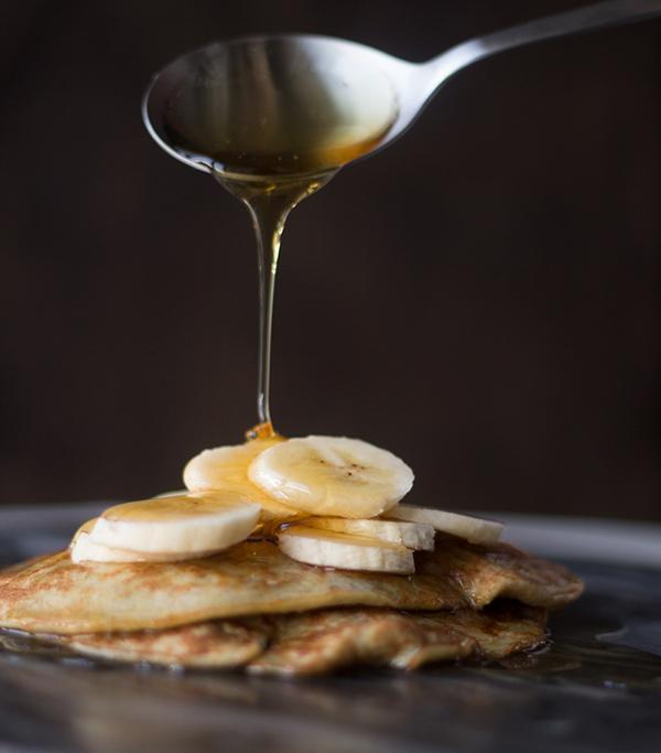 Færdige bananpandekager med sirup