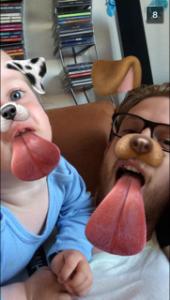 Storm og far der hygger med snapchat