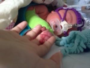 Her havde han allerede fået modermælkserstatning, en sur, han var koblet til cpap og havde fået lagt et drop!
