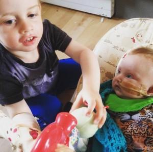 Lillebror er helt facineret af storebror.