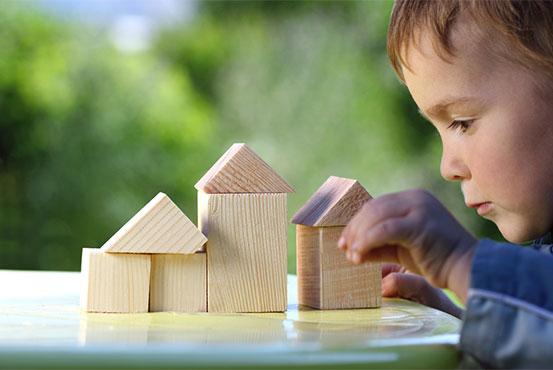 Små børn koncentrere sig og bygger med klodser