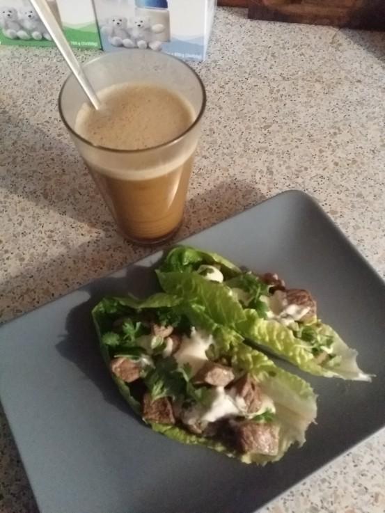 Salat- og kålblade er et fantastisk alternativ til brød, når du spiser LCHF. Pålæg på og spis! Sundt og smagfuldt. Se andre sunde alternativer til stivelse på min blog: http://blogs.min-mave.dk/loevemor/