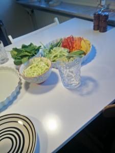 og det der fylder mest i hverdagen: grøntsager og vand. Det blev til friske forårsruller. en vidunderlig spise!