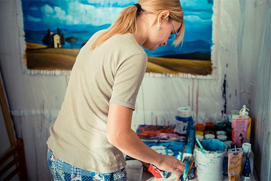 blog om din hobby ligesom denne kvindelige maler
