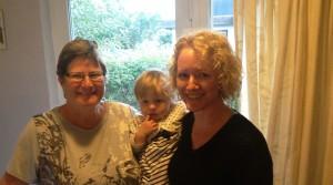 Agnes imellem sin farmor og mormor