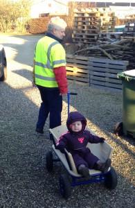 Agnes er ude og gå tur med farfar