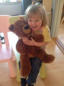 Agnes kan og vil ikke sove uden sin bamse, men den er bestemt også god om dagen