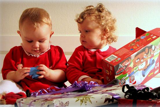 Tvillinger pakker julegaver op
